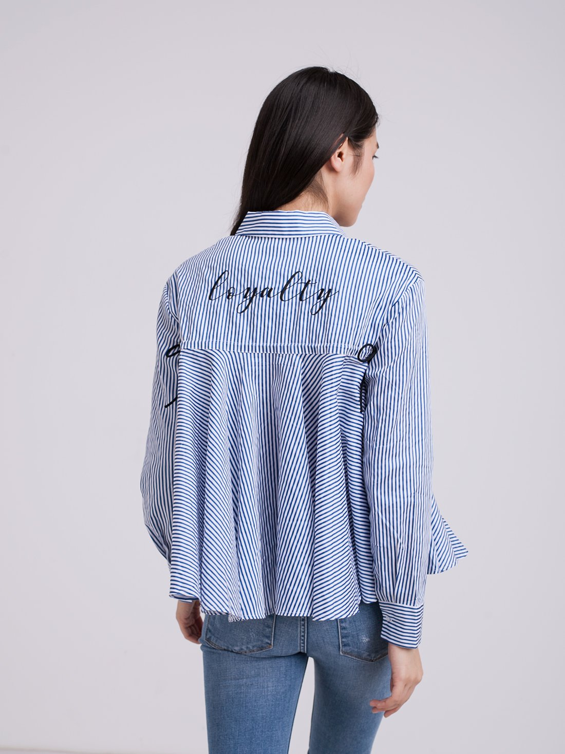 Рубашка в полоску с надписью на спине
