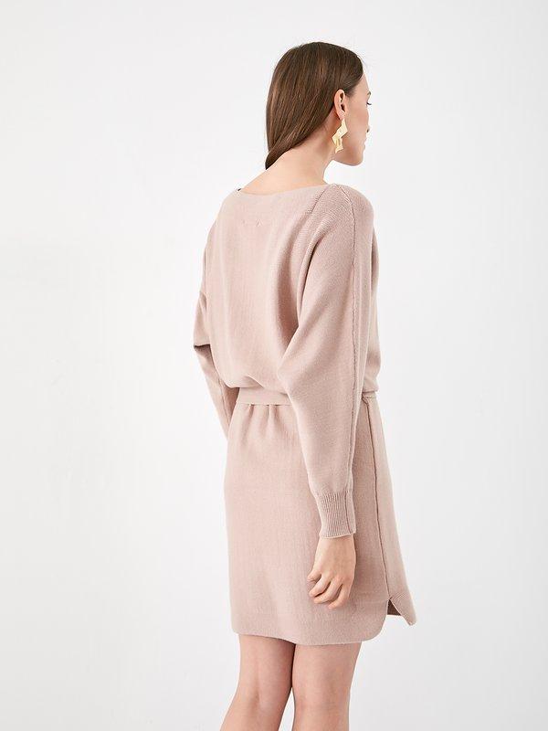 Трикотажное платье с поясом вид сзади