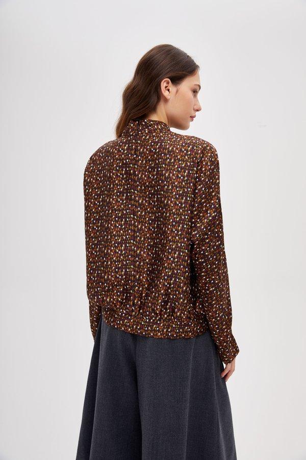 Блузка с воротником-стойка вид сзади
