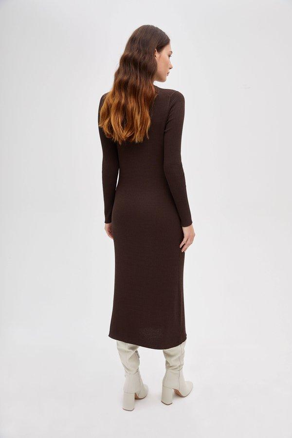 Облегающее трикотажное платье вид сзади