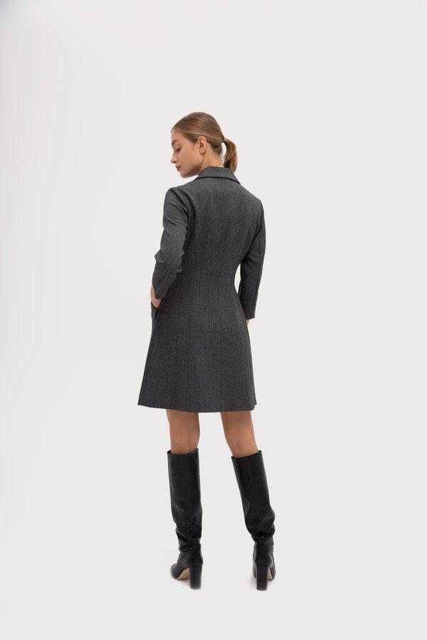 Полуприлегающее платье с отложным воротником вид сзади