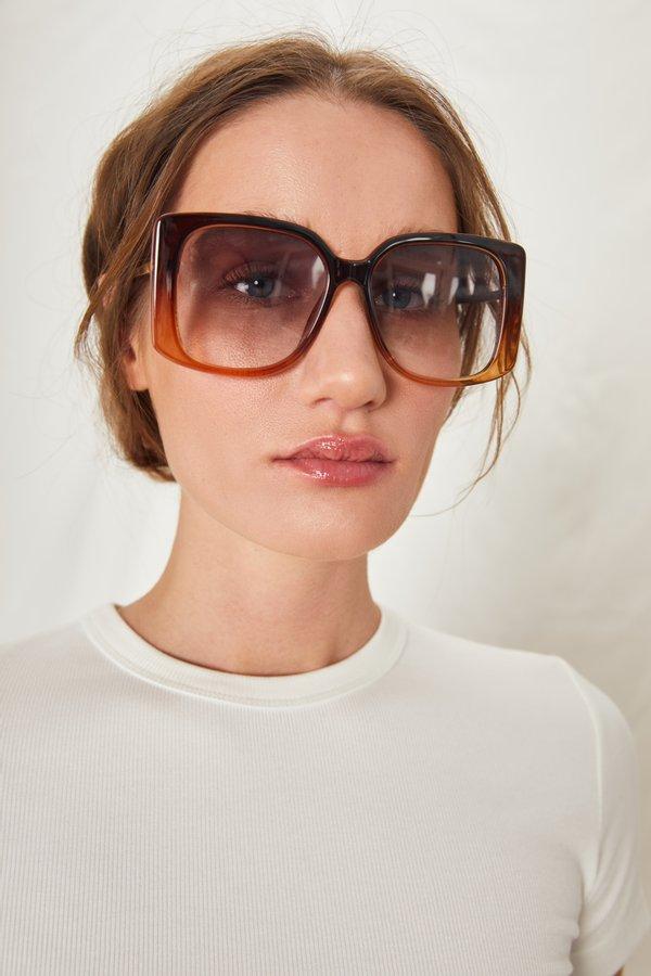 Солнцезащитные очки в массивной оправе вид сзади