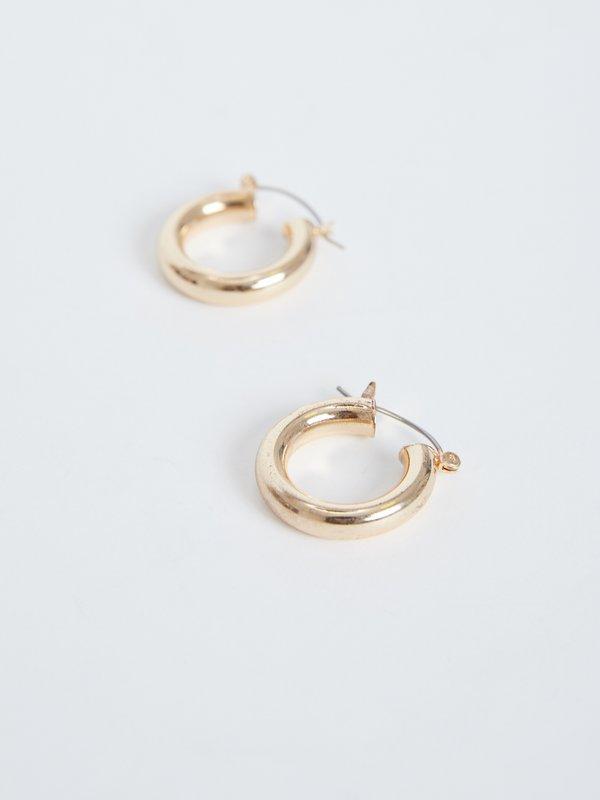 Широкие серьги-кольца  вид сзади