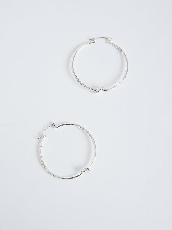 Серьги-кольца с узлом вид сзади