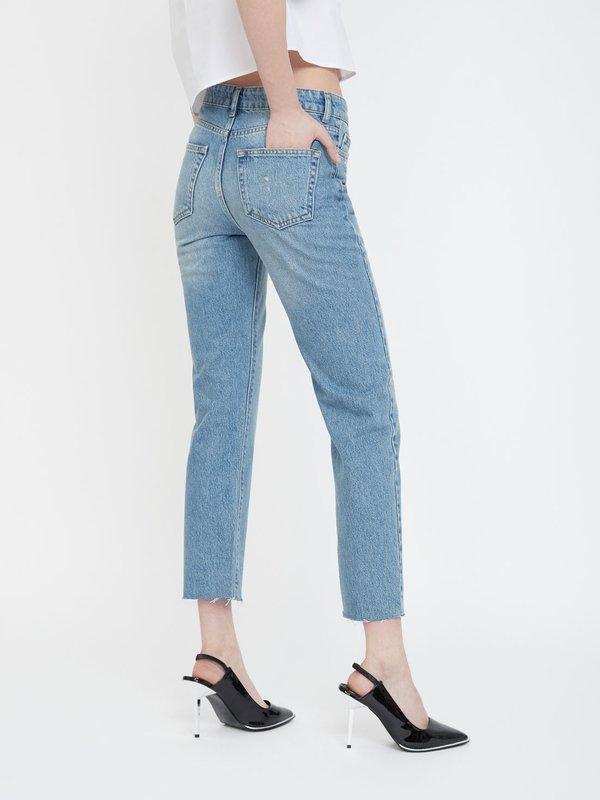 Укороченные джинсы на пуговицах вид сзади