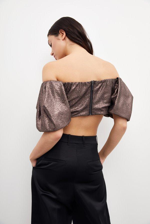Укороченная блузка с объемными рукавами вид сзади
