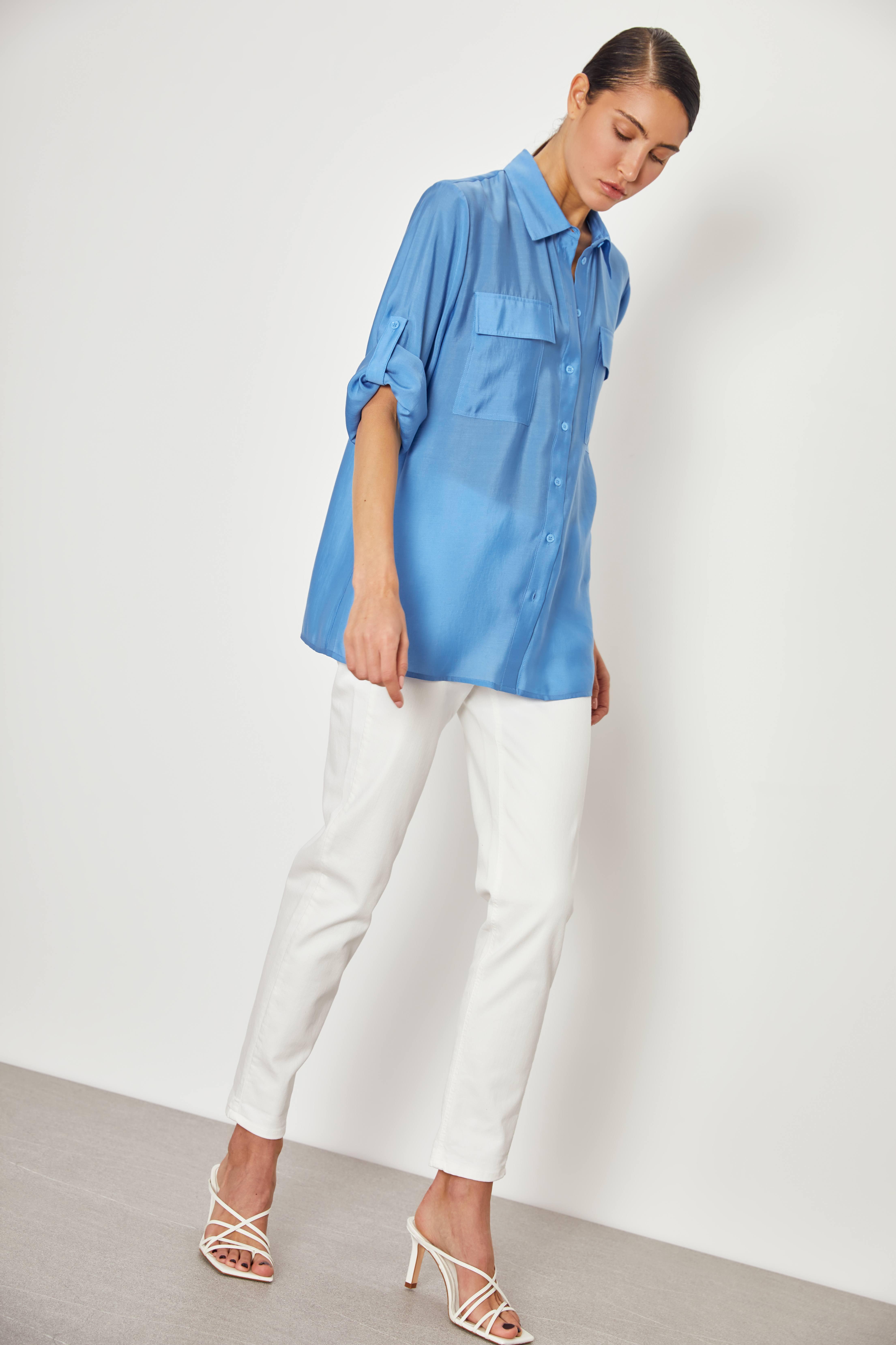 Рубашка с отворотами на рукавах фото