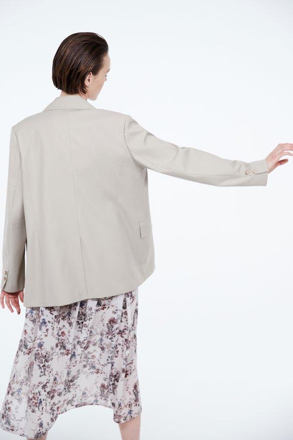 Жакет с контрастной пуговицей вид сзади