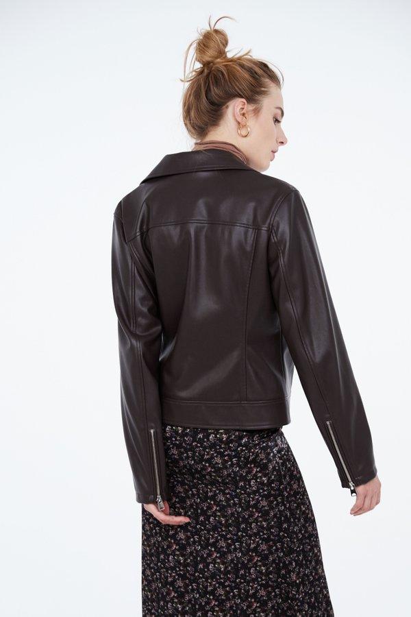 Куртка из экокожи на молнии вид сзади