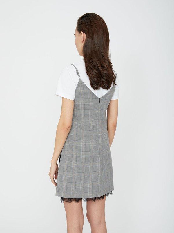 Платье с кружевами по краю изделия вид сзади