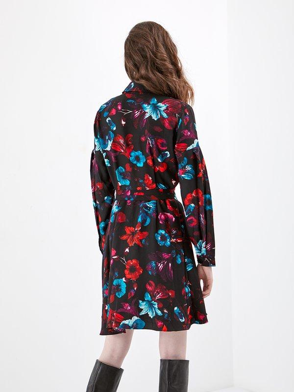 Платье-рубашка с цветочным принтом вид сзади