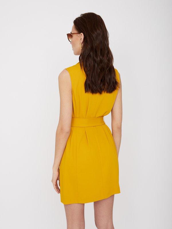 Платье полуприлегающего силуэта без рукавов вид сзади