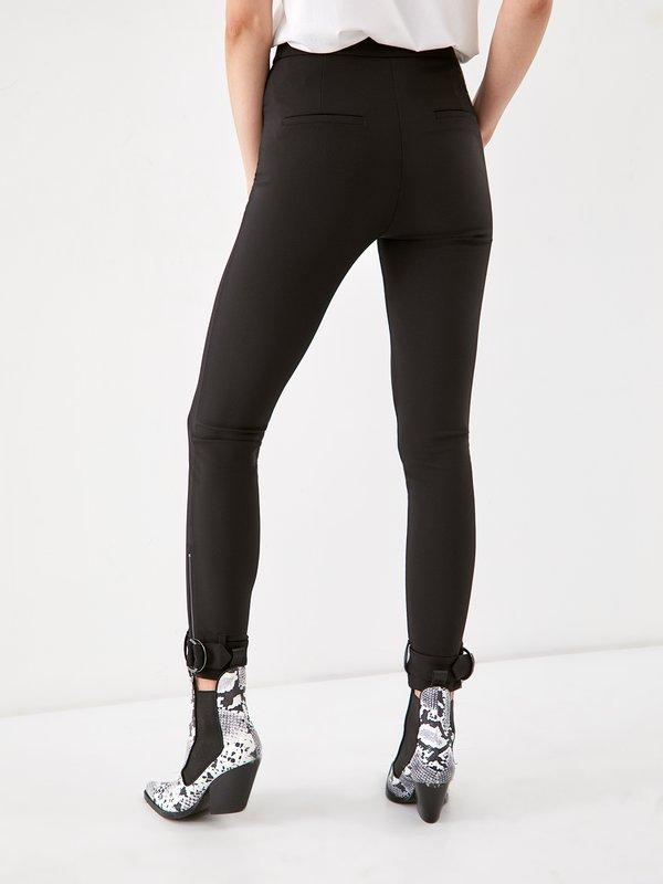 Зауженные брюки вид сзади