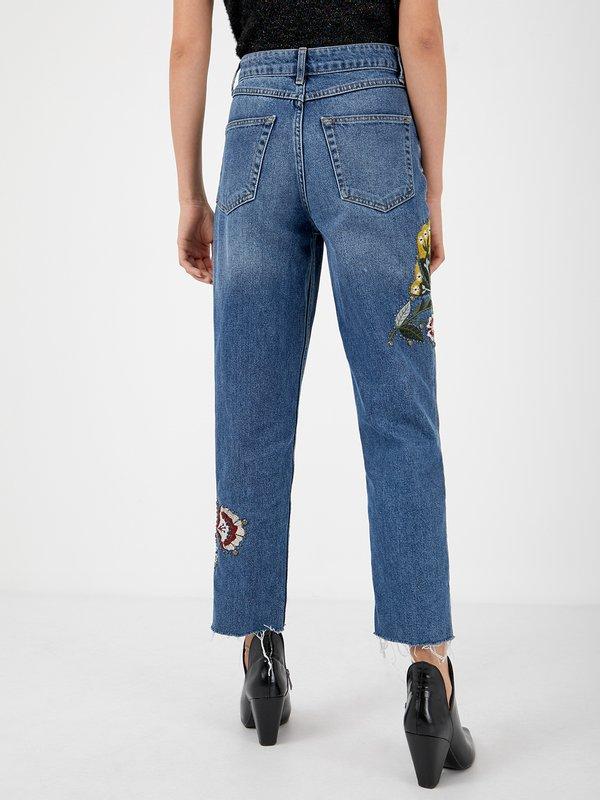 Свободные джинсы с вышивкой вид сзади