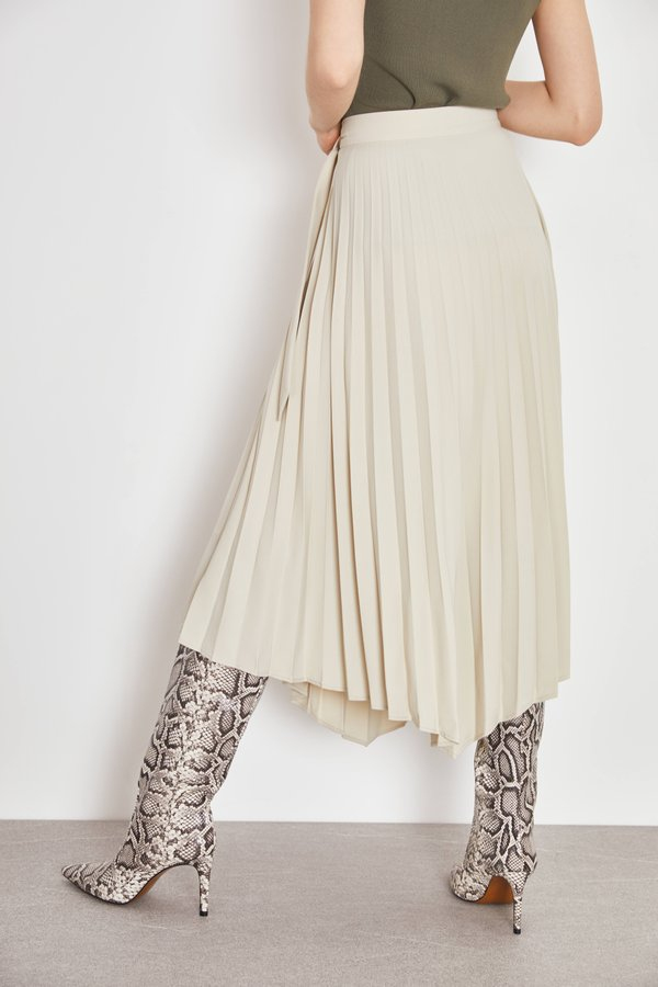 Плиссированная юбка асимметричного кроя вид сзади
