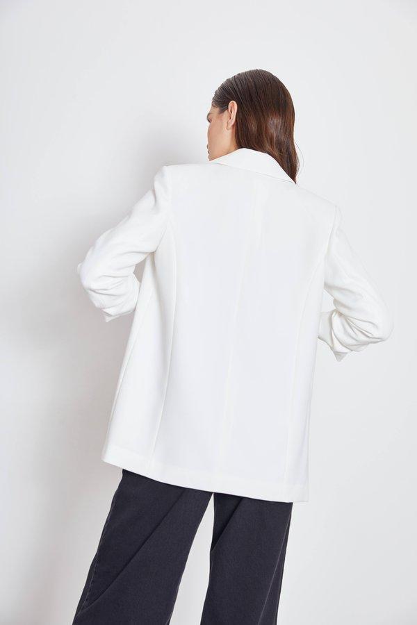 Пиджак с подворачиваемыми рукавами вид сзади