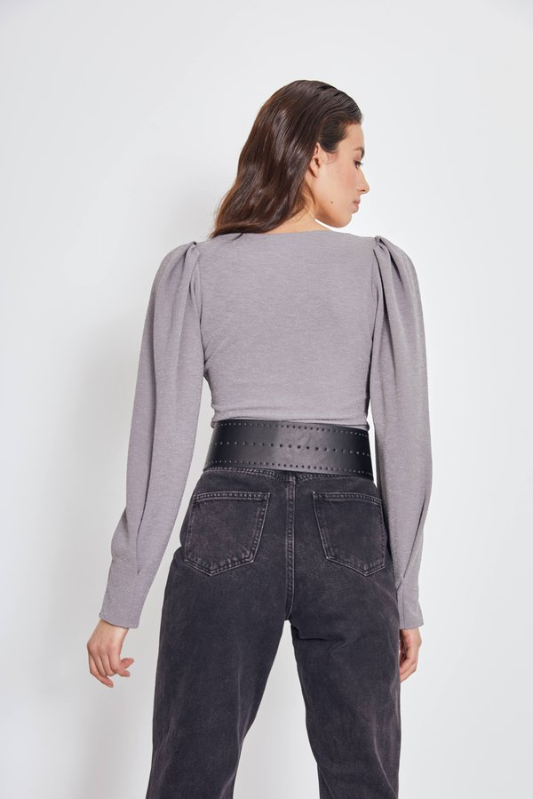 Блузка с объемными рукавами вид сзади
