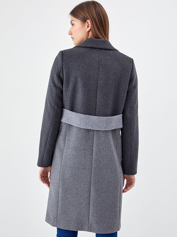 Двухцветное пальто вид сзади