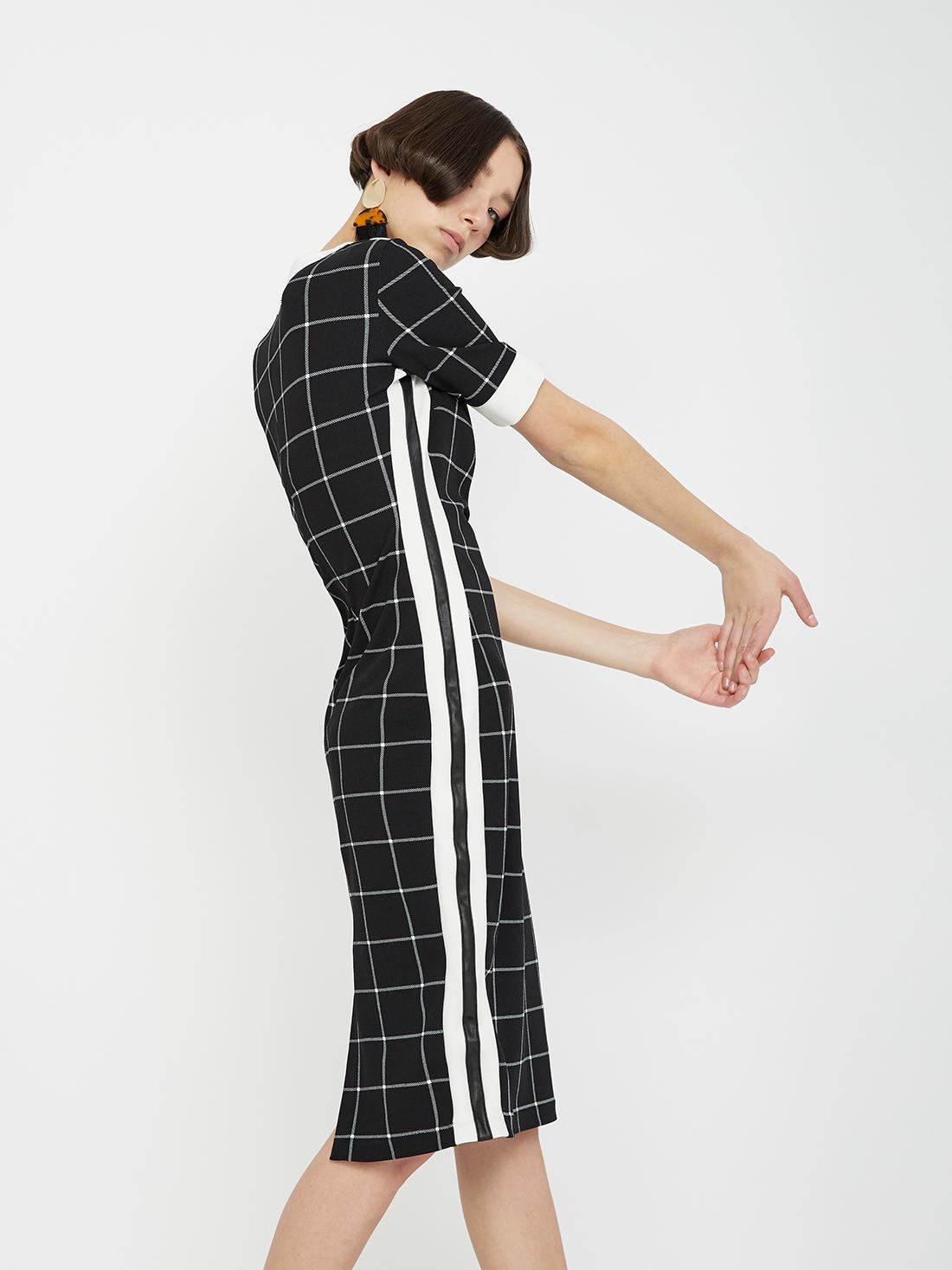 Платье с контрастными вставками по бокам