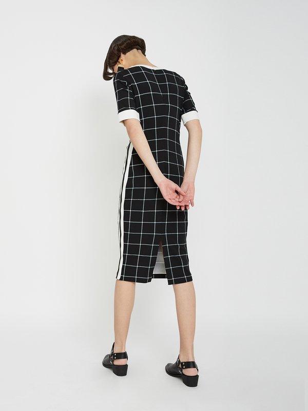 Платье с контрастными вставками по бокам вид сзади