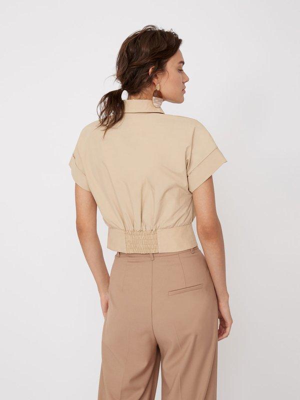 Укороченная рубашка на пуговицах вид сзади