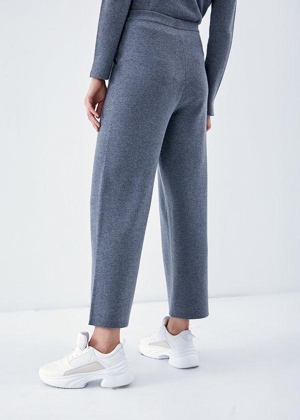 Сводобные трикотажные брюки вид сзади