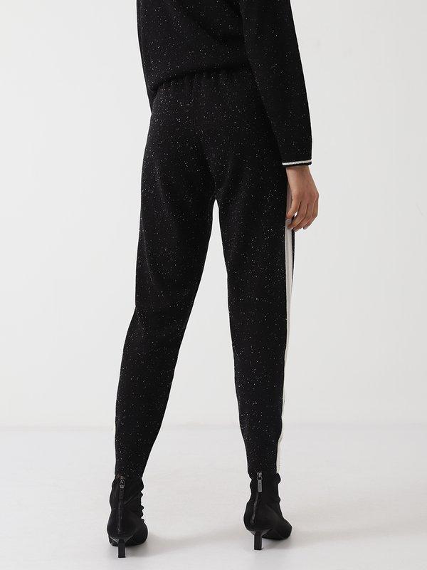 Трикотажные брюки с лампасом вид сзади