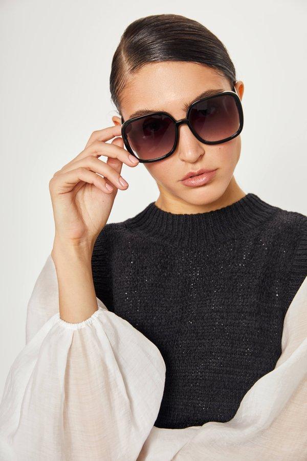 Солнцезащитные очки в оправе геометрической формы вид сзади