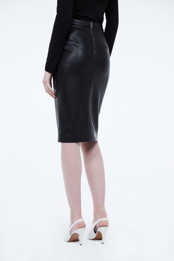 Кожаная юбка - карандаш с разрезом  вид сзади