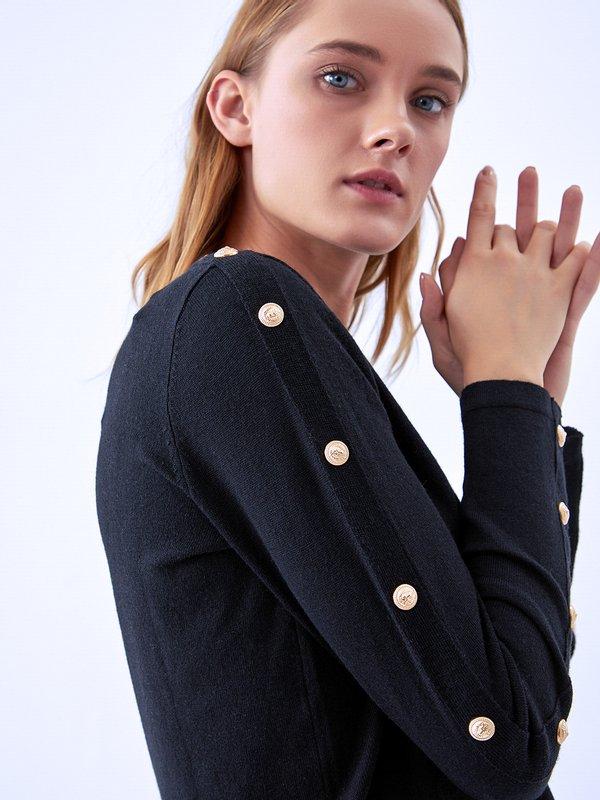 Джемпер с декоративными элементами на рукавах