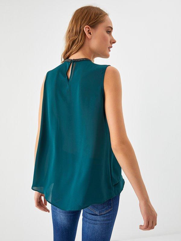 Блузка со стразами вид сзади
