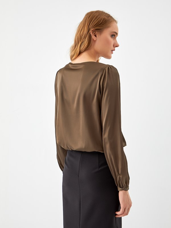 Блузка с декоративными камнями вид сзади
