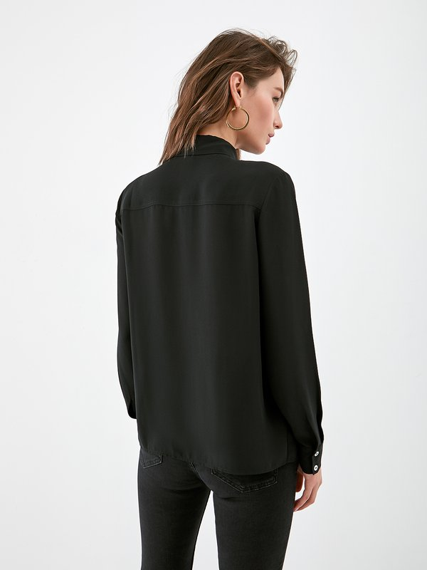 Блузка с металлическим декором вид сзади