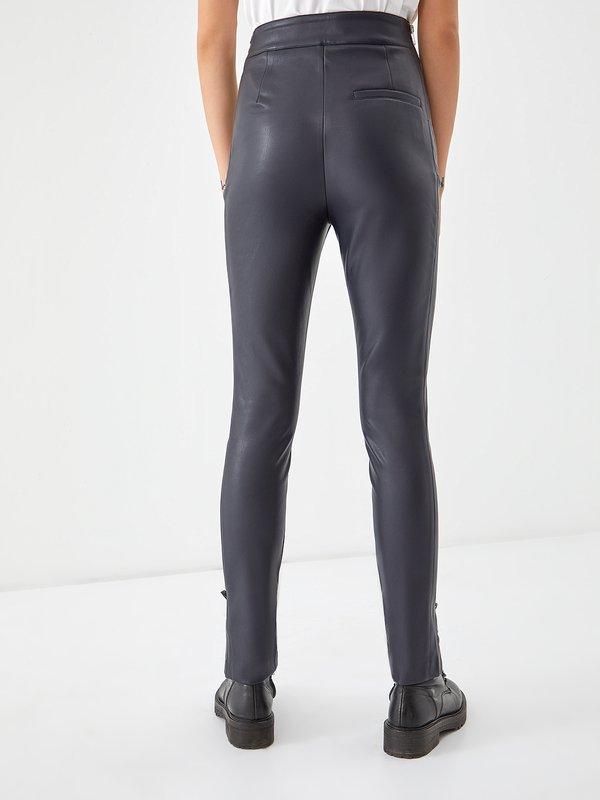 Кожаные брюки с высокой посадкой вид сзади