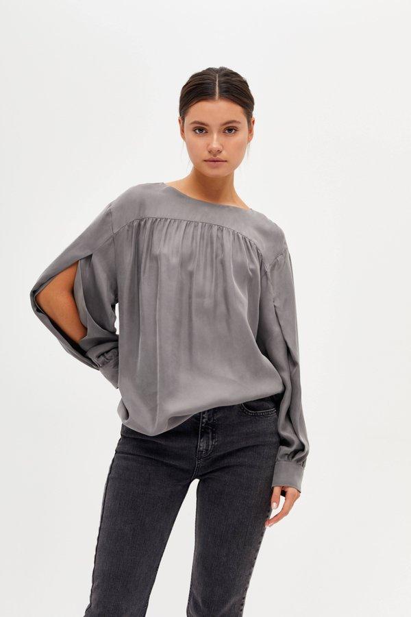 Блузка с разрезами на рукавах