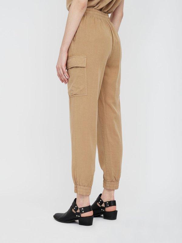 Зауженные брюки карго вид сзади