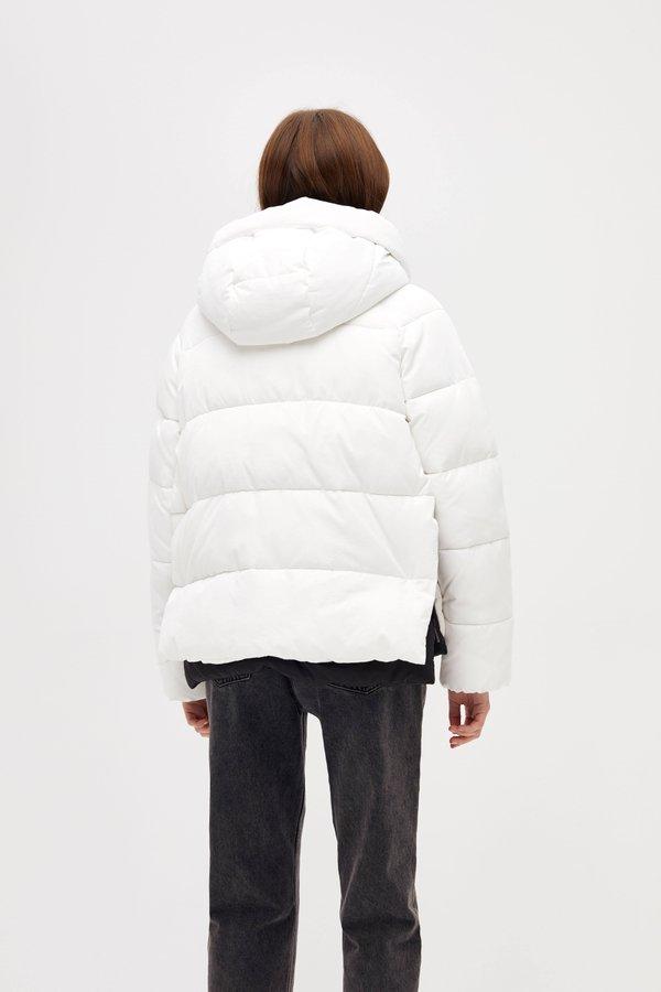 Короткая куртка с капюшоном вид сзади