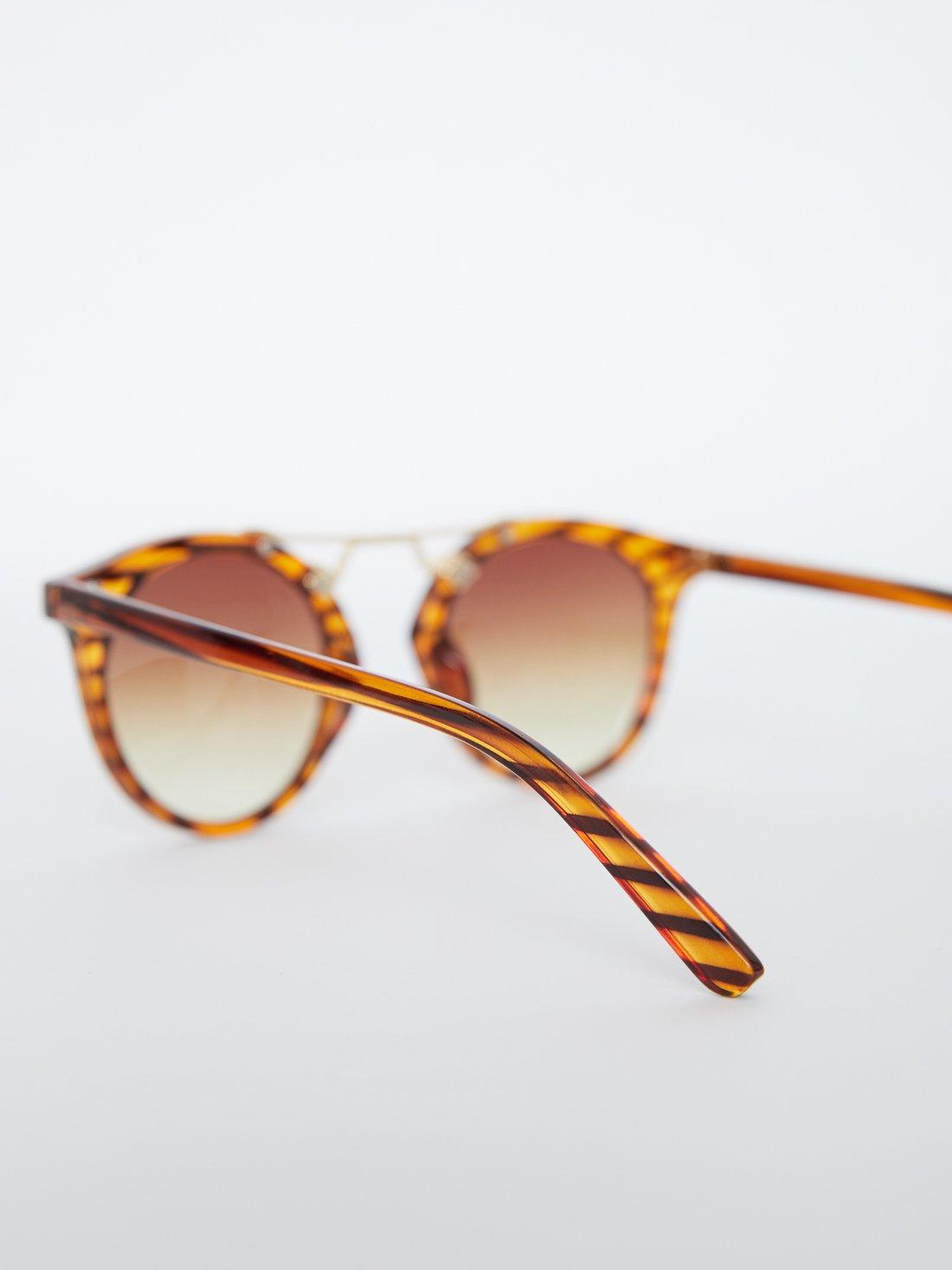 Солнцезащитные очки в круглой оправе