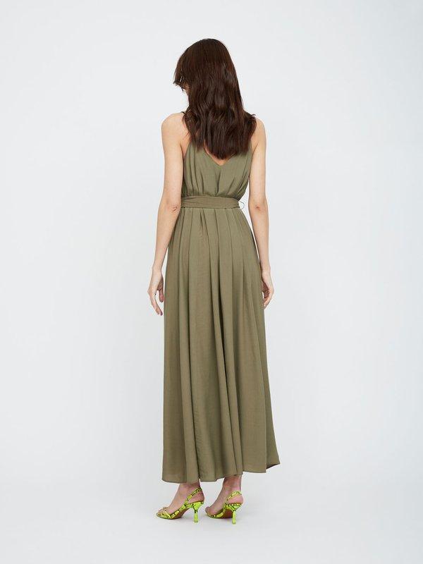 Платье в пол из струящейся ткани вид сзади