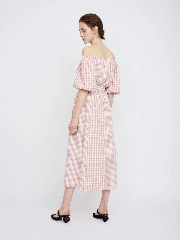 Платье макси с открытыми плечами вид сзади