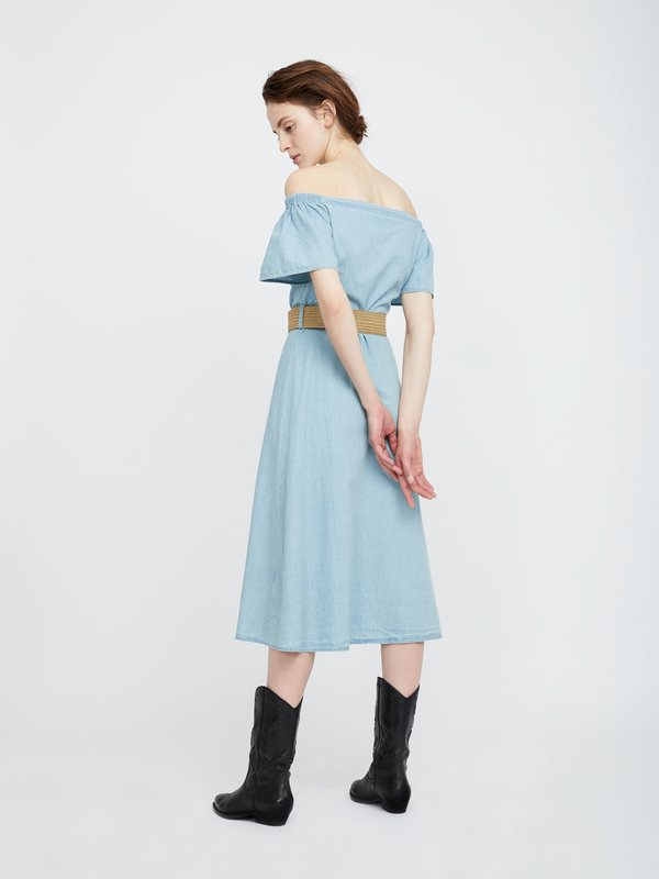 Платье из хлопка с открытыми плечами вид сзади