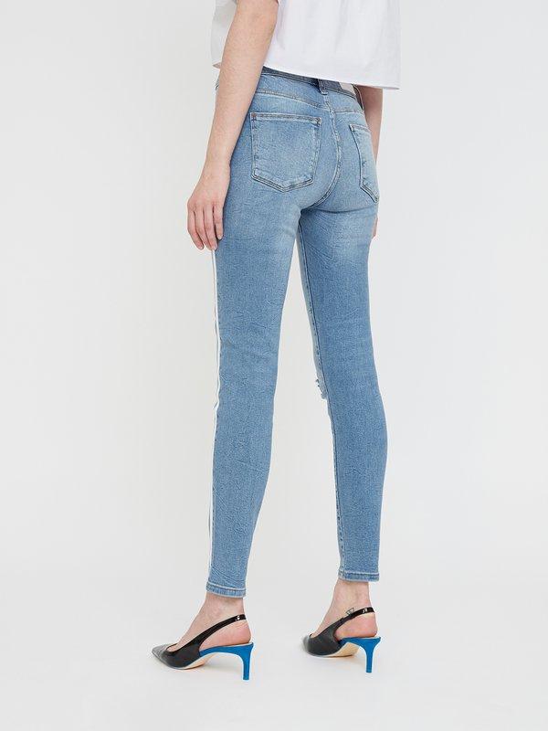 Укороченные джинсы с лампасами вид сзади