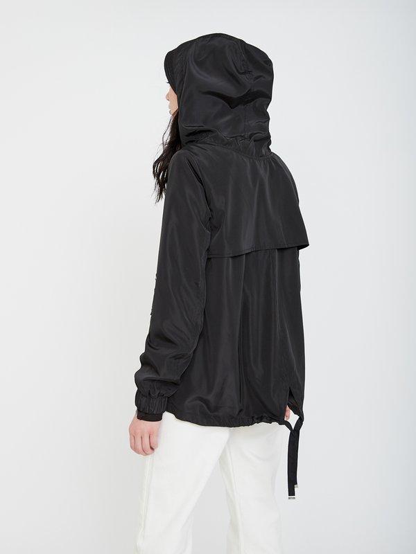 Куртка с капюшоном вид сзади