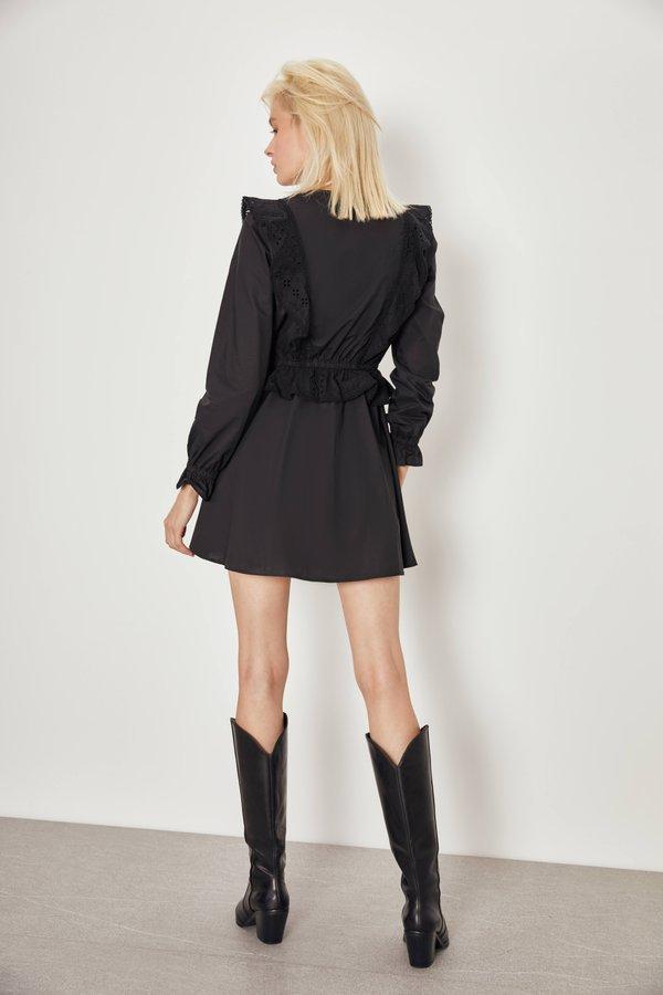 Платье с вышивкой ришелье вид сзади