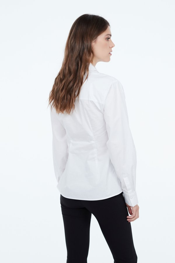 Блузка с запахом на пуговицах вид сзади