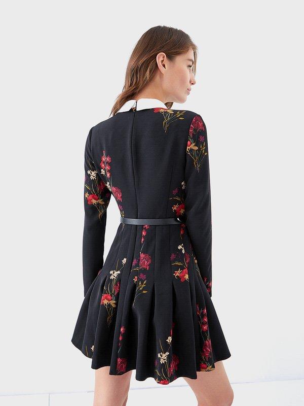 Платье с цветочным принтом и поясом вид сзади