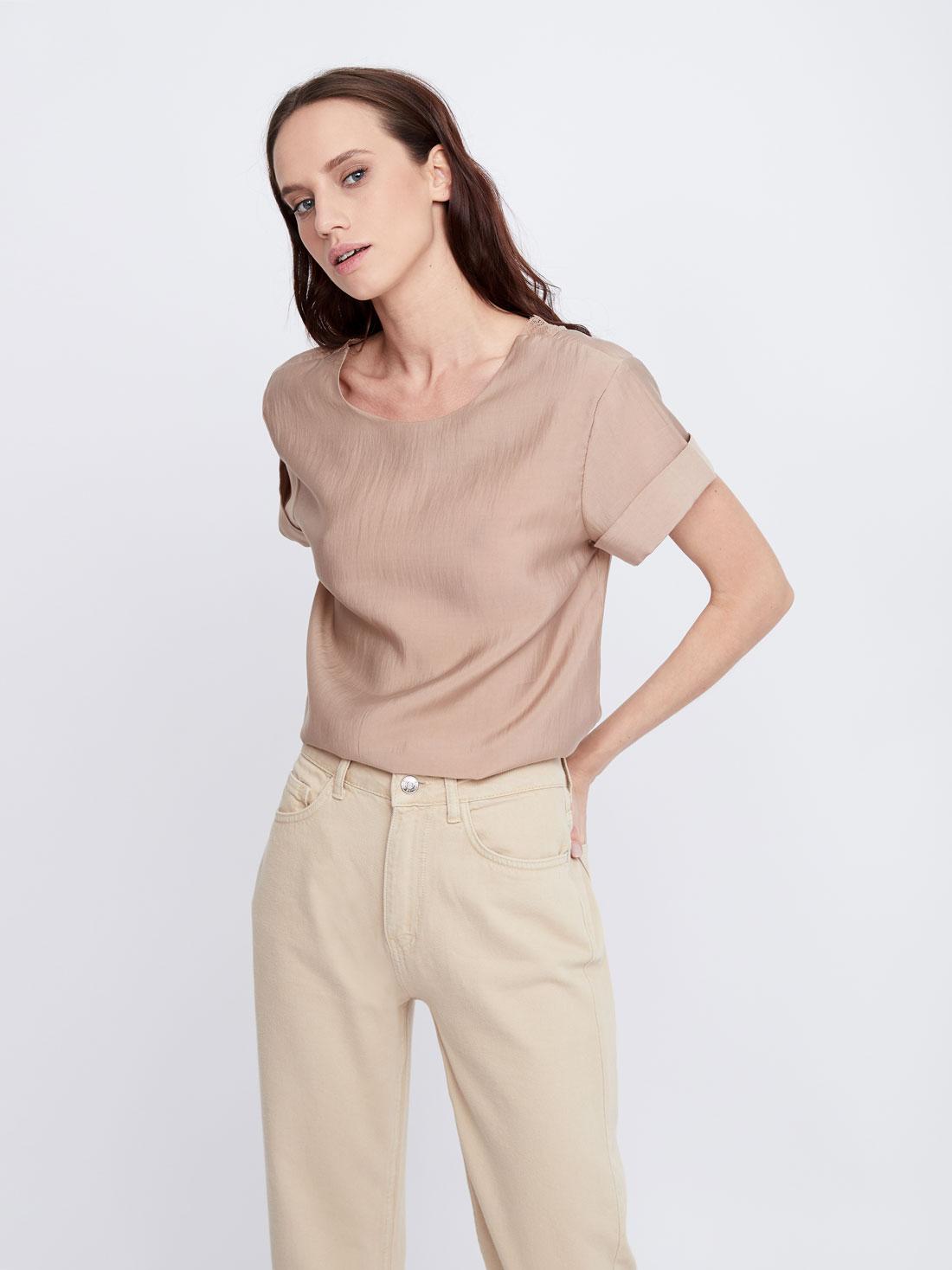 Блузка с декоративным вырезом на спинке