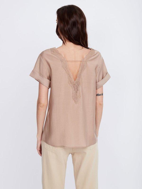 Блузка с декоративным вырезом на спинке вид сзади