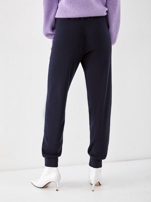 Трикотажные брюки вид сзади