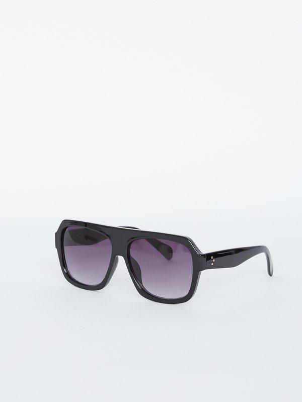 Солнцезащитные очки в пластмассовой оправе вид сзади